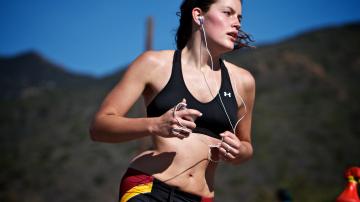 Una chica correr con auriculares