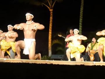 """Baile típico tahitiano en el cual los hombres llevan una especie de """"pañales""""."""