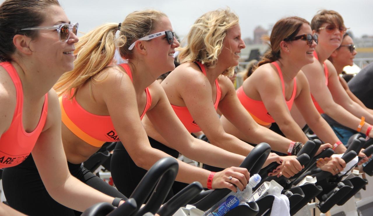 Equipo entrenando en bicis de spinning