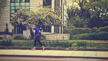 Una chica corre a paso lento