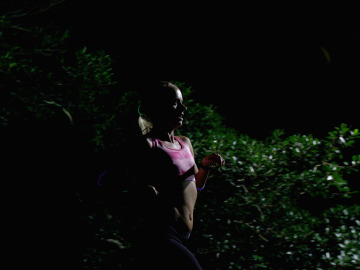 Una runner corriendo por la noche