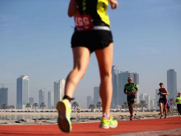 Unas personas corriendo
