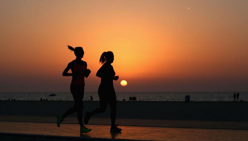 Una corredoras y la puesta de sol
