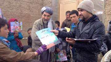 Saber Hosseini  repartiendo libros
