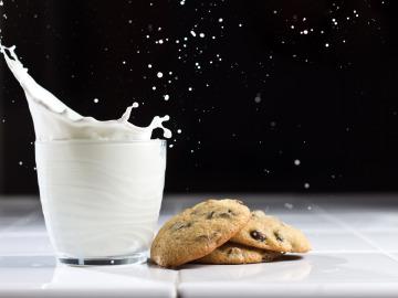 Tomar leche con galletas