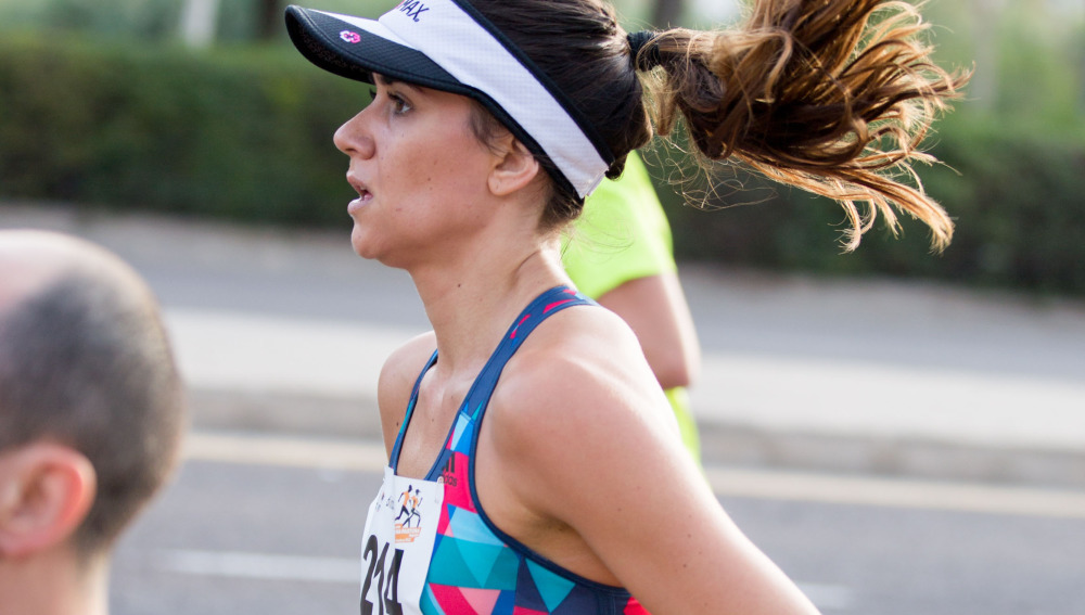 Una runner en una carrera