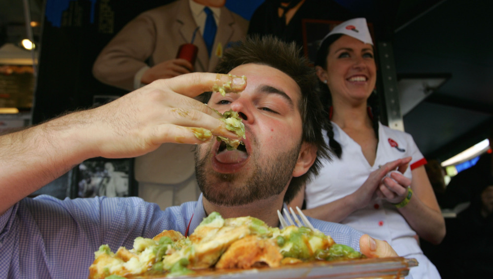 Un hombre comiendo a lo loco