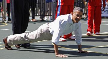 Barack Obama realiza flexiones en el suelo