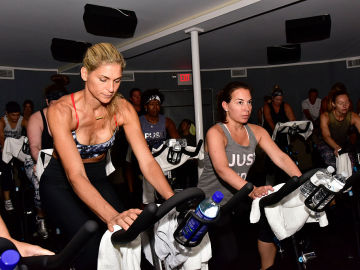 Mujeres practicando spinning