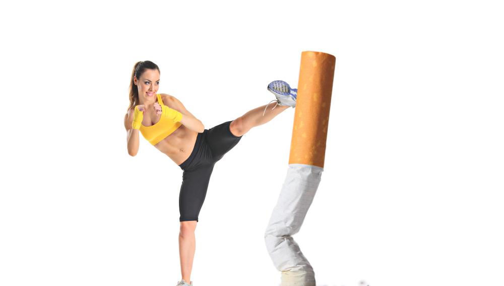 Deportista golpea un cigarro