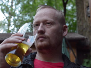 Hombre bebiendo cerveza