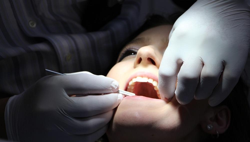 Un dentista trabajando