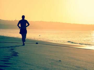Un corredor descalzo por la playa