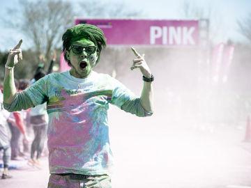 Un participante de una carrera de color