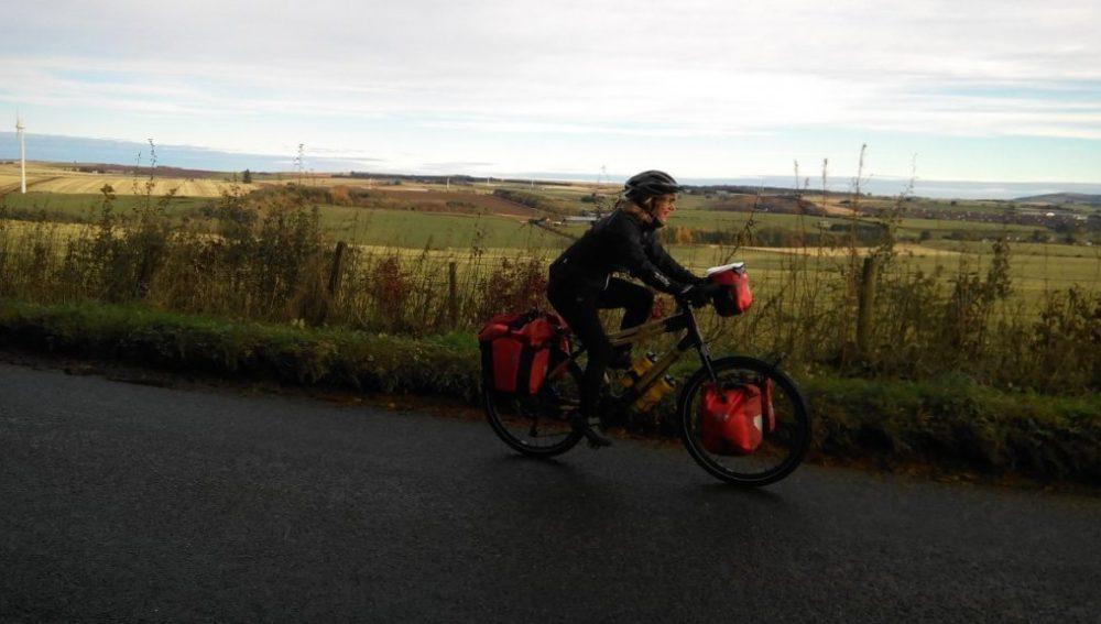 Kate Rawles  en su bici de bambú
