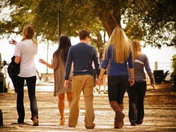 Pasear en grupo puede ser muy positivo