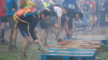 Participantes de una carrera limpian sus zapatillas