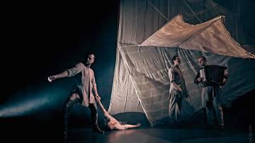 Daniel Doña bailando con su compañía