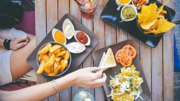 ¡Las manos quietas! Aléjate de los grasientos platos ajenos del resto de comensales y céntrate en tu plato