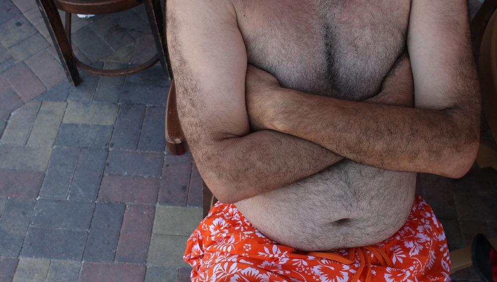 Un hombre con sobrepeso