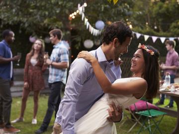 Al abrir la ceremonia suena música que tiene un significado especial para los novios