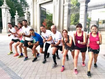 Un grupo de corredores a las puertas del Parque del Retiro