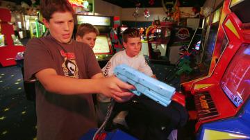 Adolescentes jugando con una pistola