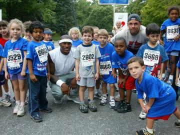 Niños después de correr en una carrera