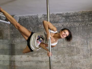 """Pole Dance: posición de """"la bandera"""""""