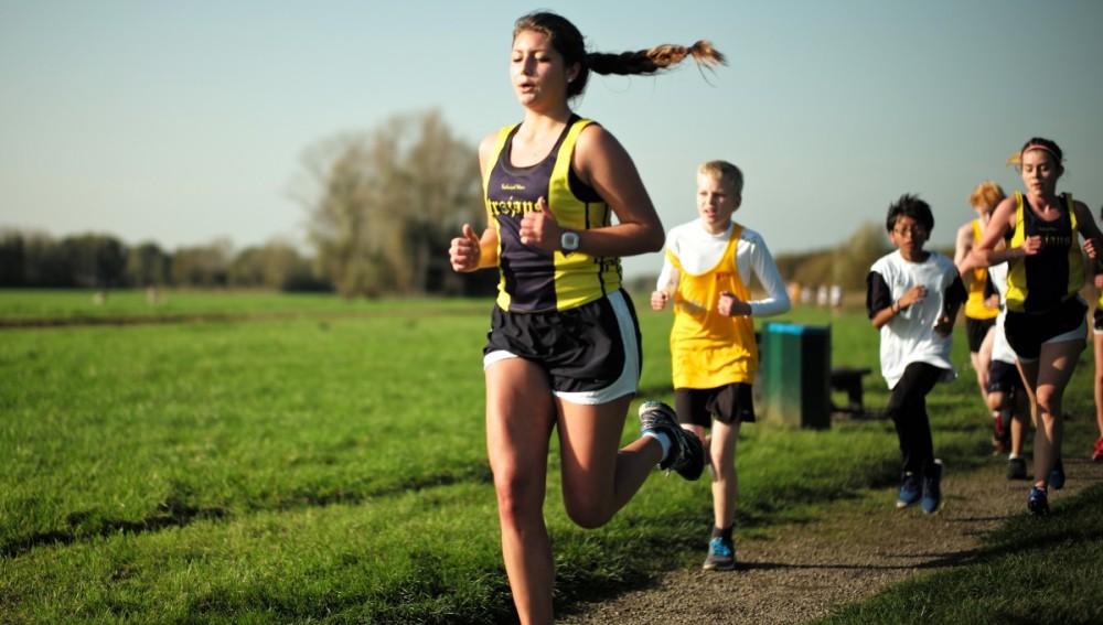 Una chica joven corriendo