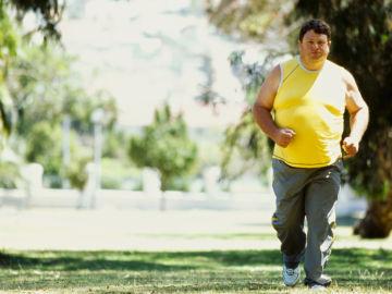Persona con sobrepeso corriendo