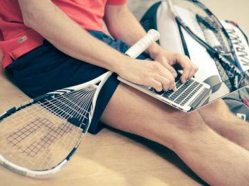 Un hombre trabajando con la raqueta de bádminton