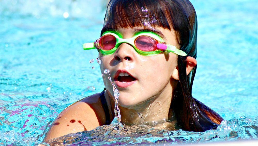 Niña en natación