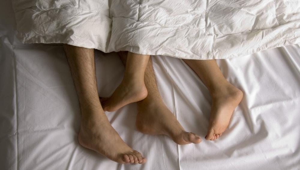 Una pareja practicando sexo