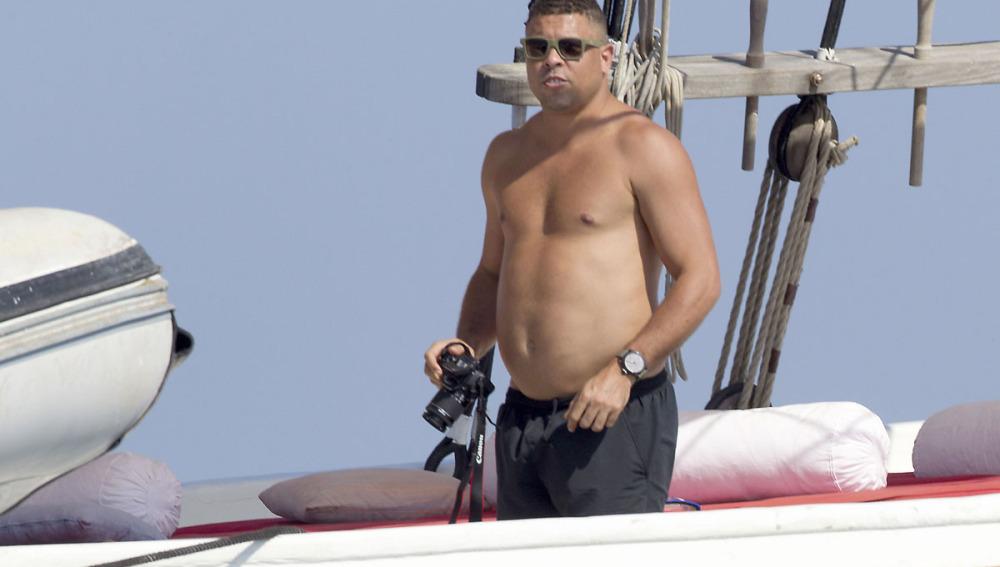 Un desmejorado Ronaldo saca a relucir su 'barriguita' cervevera de vacaciones en Ibiza