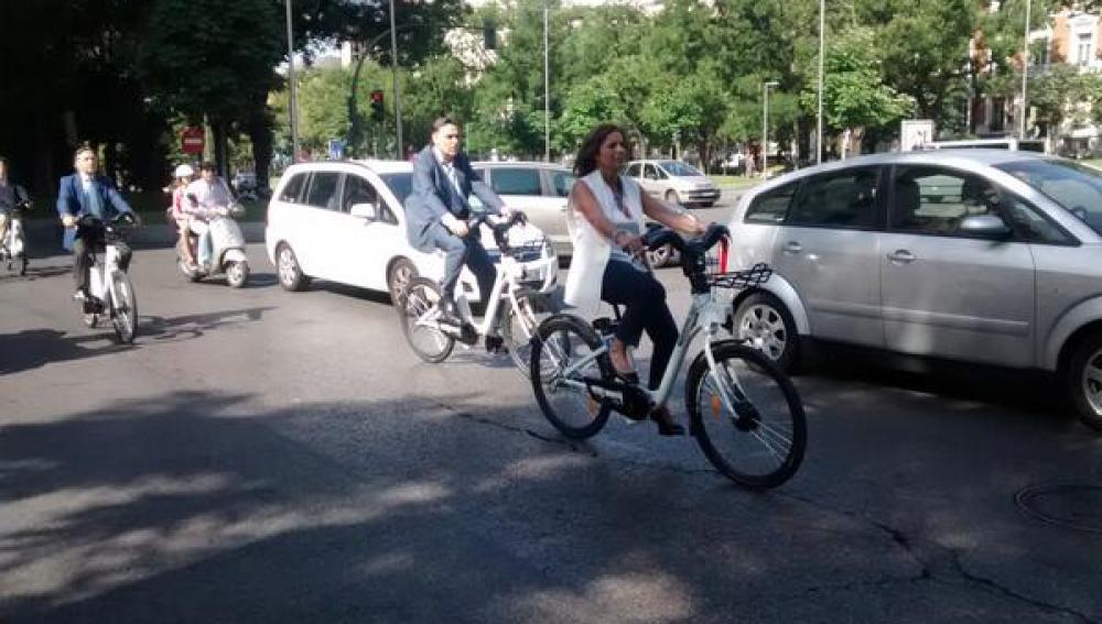 Ana Botella en bicicleta por Madrid