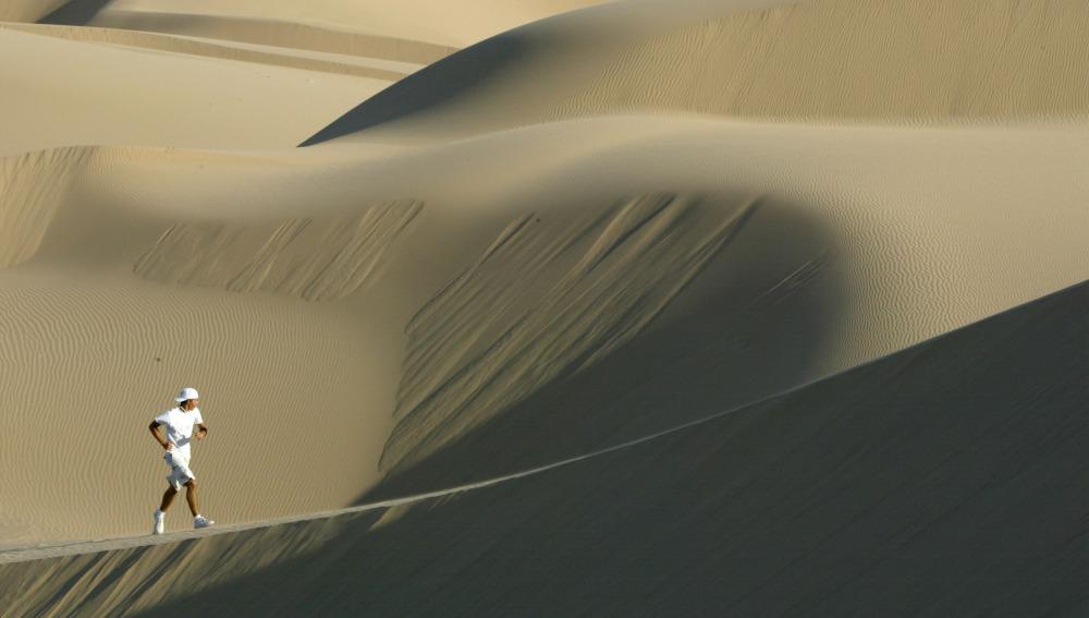 Corredor en las dunas del Sáhara