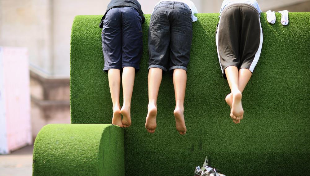 Jóvenes en un sofá gigante