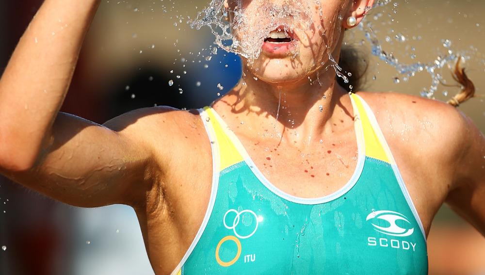 Atleta bebiendo agua durante la carrera