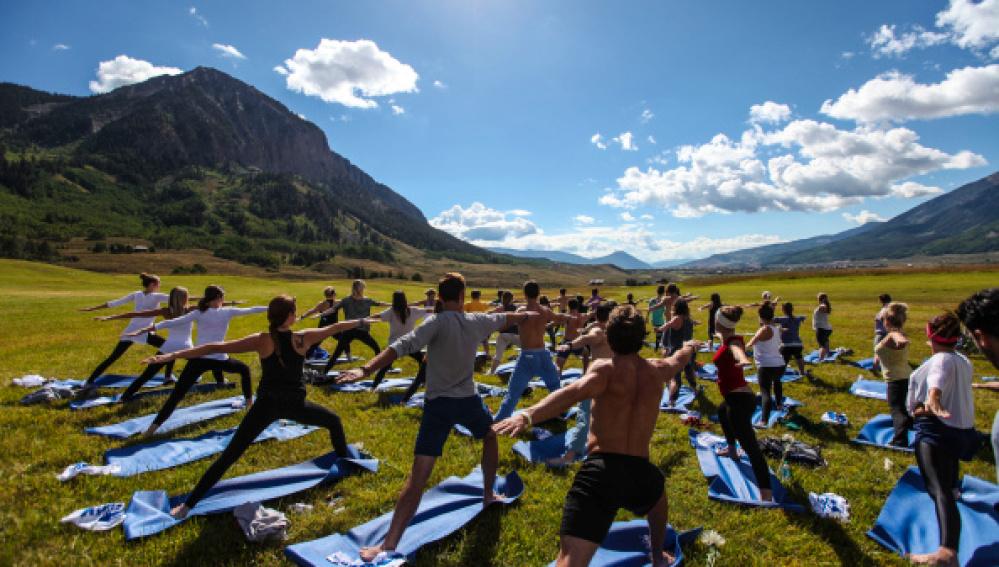 Practicando yoga al aire libre