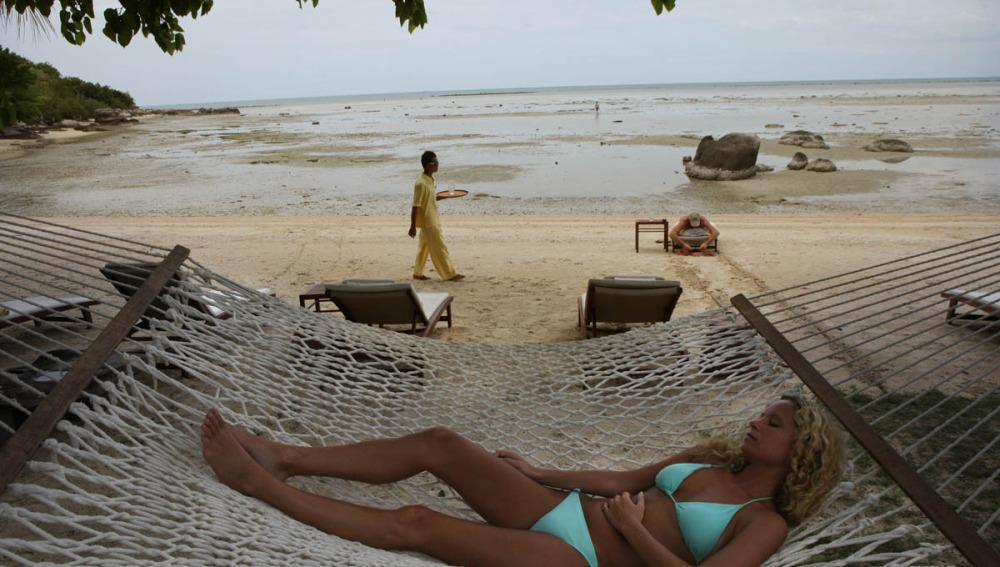 Mujer descansando en la playa