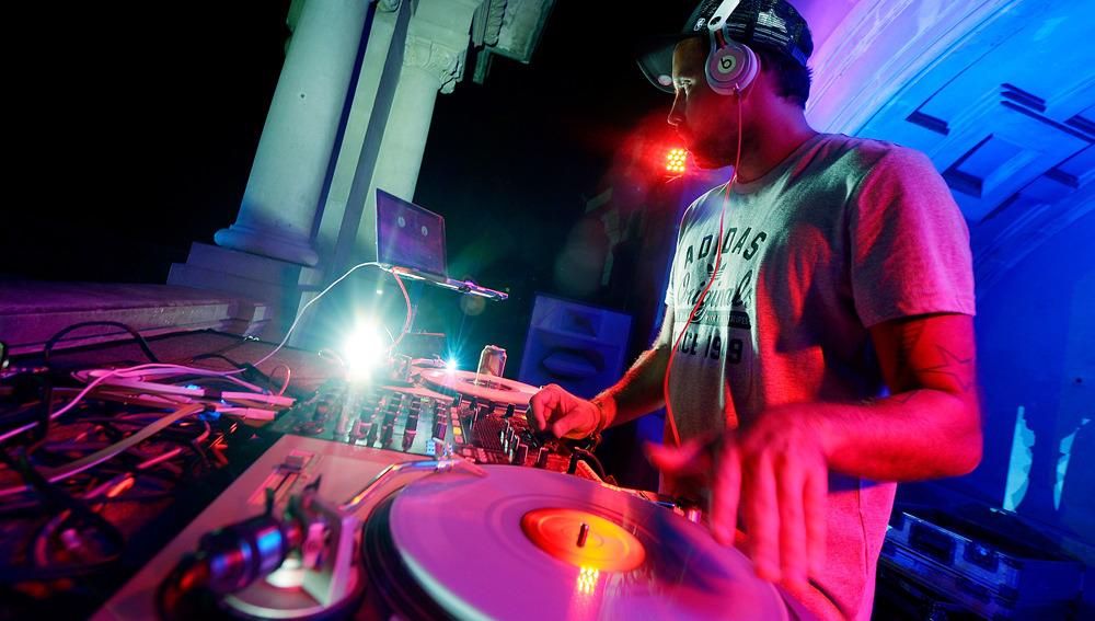 DJ pinchando música