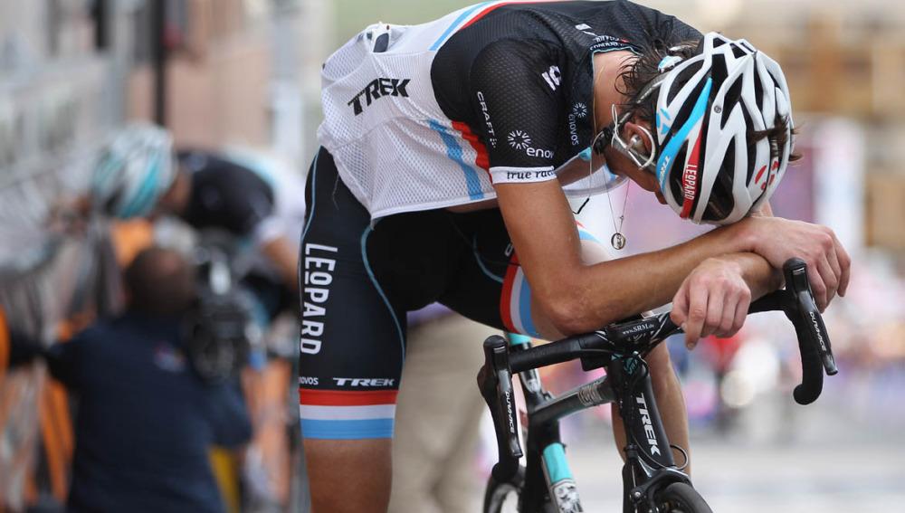 Ciclista con la cabeza agachada