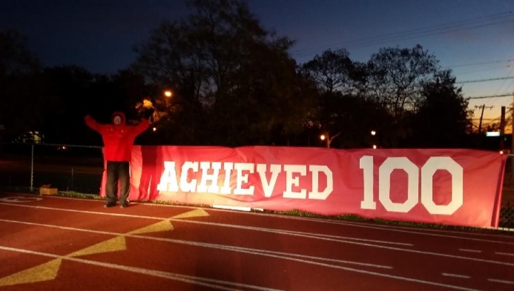 El director del centro posa orgullo tras correr 100 millas