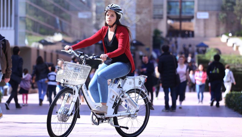Una mujer disfruta del modelo de Hy-Cycle