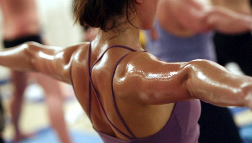 Una mujer suda en un gimnasio