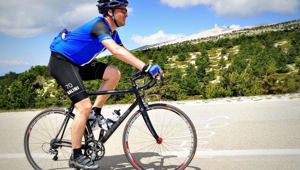 Ciclista en un puerto de montaña