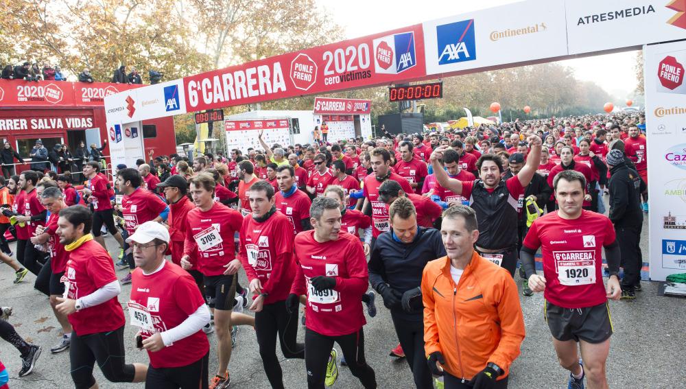 Una marea roja de corredores atraviesa la línea de salida