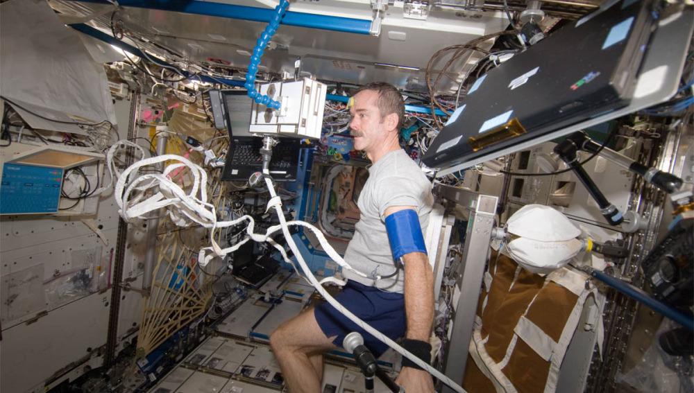 El popular astronauta Chris Hadfield entrenando