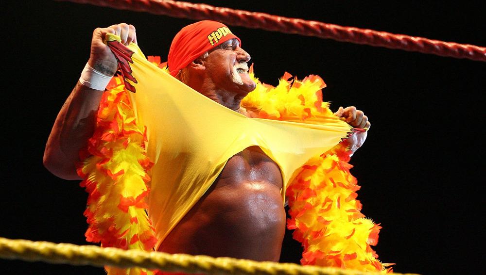 Hulk Hogan se despoja de su camiseta